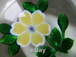 Belle boule presse-papier cristal de Saint-Louis fleur jaune