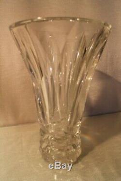 Grand et lourd vase en cristal taillé signé Saint Louis