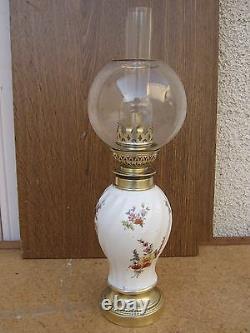 Lampe à pétrole en porcelaine avec globe cristal Saint Louis Epoque 1900