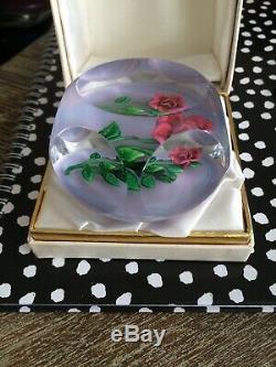 PRESSE-PAPIER SULFURE SAINT-LOUIS Branche De Roses Sur Fond Opaque Cristal 1978