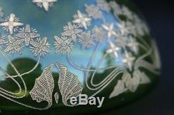 SAINT-LOUIS. Boite ovoïde en cristal vert à décor doré 1920